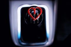 Boîte de vitesse manuelle dans la voiture avec le coeur Photographie stock libre de droits