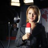 boîte de vitesses de télévision réelle sous tension de journaliste Image libre de droits