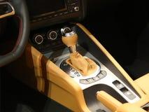 Boîte de vitesses manuelle, intérieur superbe de véhicule de sport Image stock