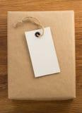 Boîte emballée enveloppée par colis sur le bois images stock