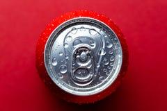 Boîte en aluminium rouge avec des baisses d'une eau photo stock