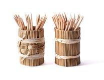 Boîte en bambou ronde avec des cure-dents sur le blanc Photographie stock libre de droits