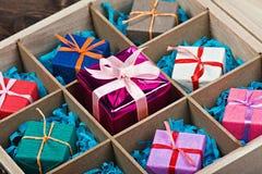 Boîte en bois avec des cadeaux images libres de droits