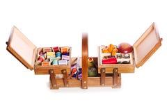 Boîte en bois avec des ciseaux, de divers fils et des outils de couture Images stock