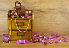 Boîte en bois avec des pétales de rose Image libre de droits
