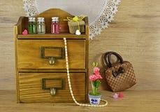 Boîte en bois avec des parfums Images stock
