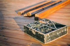 Boîte en bois avec des vis images stock