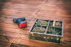 Boîte en bois avec des vis photos libres de droits