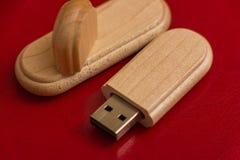 Boîte en bois avec le bâton d'usb Images libres de droits