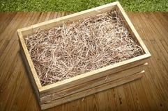 Boîte en bois avec le papier déchiqueté Images stock