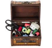 Boîte en bois avec les approvisionnements de couture Photographie stock libre de droits