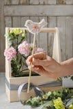 Boîte en bois avec les oeillets roses et jaunes - cours Images stock