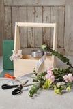 Boîte en bois avec les oeillets roses et jaunes - cours Photo libre de droits
