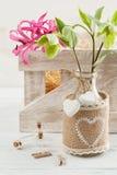 Boîte en bois avec lilly et fleurs Photo stock