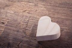 Boîte en bois brune de coeur sur le fond en bois, amour abstrait Photographie stock libre de droits