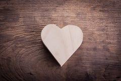 Boîte en bois brune de coeur sur le fond en bois, amour abstrait Photographie stock
