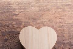 Boîte en bois brune de coeur sur le fond en bois, amour abstrait Photos libres de droits