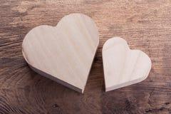 Boîte en bois brune de coeur sur le fond en bois, amour abstrait Images libres de droits