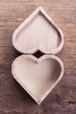 Boîte en bois brune de coeur sur le fond en bois, amour abstrait Photo libre de droits