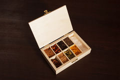 Boîte en bois complètement d'épices, vue supérieure Photos stock