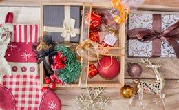 Boîte en bois de cadeau avec des cadeaux pendant Noël et la nouvelle année Branches de sapin, chaussette pour des cadeaux et déco photographie stock