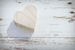 Boîte en bois de coeur sur le bois blanc photographie stock