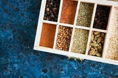 Boîte en bois de l'assortiment des épices Image stock