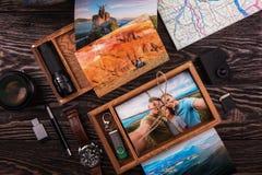 Boîte en bois de photo avec la photo du voyage image stock
