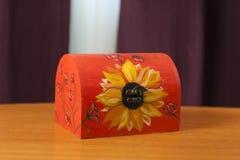 Boîte en bois peinte à la main Photo stock
