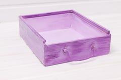 Boîte en bois pourpre avec la poignée Images stock