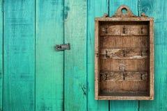 Boîte en bois primitive de mur accrochant de Cabinet principal de vintage l'hôtel huent image libre de droits