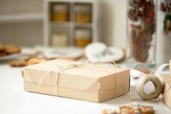 Boîte en carton, colis postal enveloppé en papier d'emballage brun attaché image libre de droits