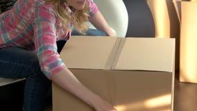 Boîte en carton d'emballage de femme clips vidéos