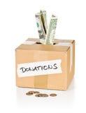 Boîte en carton de donation avec des billets de banque et des pièces de monnaie du dollar Photos stock