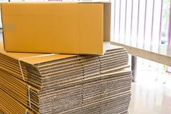 Boîte en carton ondulé de Brown Photos stock
