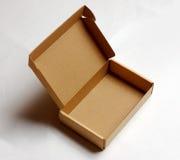 Boîte en carton ouverte d'isolement sur un blanc Photographie stock libre de droits