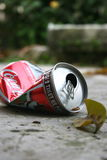 Boîte en fer blanc écrasée de Coca-Cola Image libre de droits