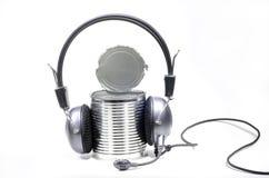 Boîte en fer blanc avec des écouteurs image libre de droits