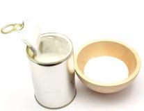 Boîte en fer blanc avec du lait de noix de coco Image libre de droits
