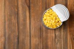 Boîte en fer blanc avec du maïs conservé sur le fond en bois images libres de droits