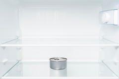 Boîte en fer blanc dans le réfrigérateur vide Image libre de droits
