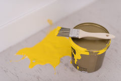 Boîte en fer blanc de peinture jaune avec la brosse sur le dessus Photos libres de droits