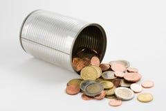 Boîte en fer blanc et euro pièces de monnaie Photographie stock libre de droits