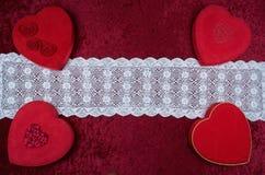 Boîte en forme de coeur à chocolat de Valentine Themed Background With et rouge Rose Bouquet sur le fond de velours écrasé par ro Images libres de droits
