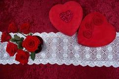 Boîte en forme de coeur à chocolat de Valentine Themed Background With et rouge Rose Bouquet sur le fond de velours écrasé par ro Images stock
