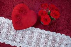 Boîte en forme de coeur à chocolat de Valentine Themed Background With et rouge Rose Bouquet sur le fond de velours écrasé par ro Photo libre de droits