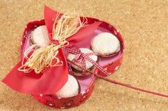 Boîte en forme de coeur avec des biscuits à l'intérieur Image stock