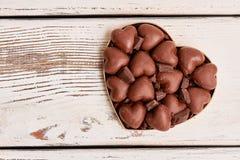 Boîte en forme de coeur avec des chocolats Photographie stock