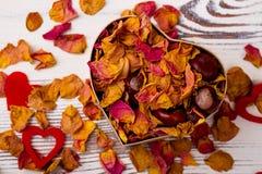 Boîte en forme de coeur avec le pot-pourri rose Images stock