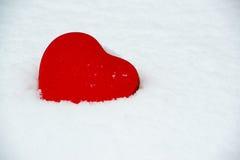 Boîte en forme de coeur dans la neige Photographie stock libre de droits